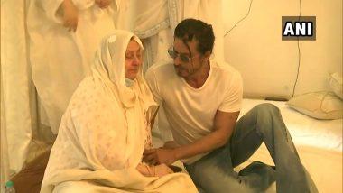 Dilip Kumar Dies: দিলীপ সাব নেই, সায়রা বানুর পাশে বসে স্বান্তনা শাহরুখের
