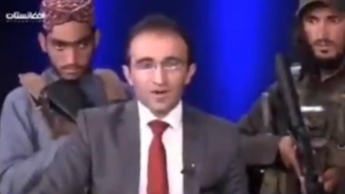 Viral Video: 'নিরাপদ আফগানিস্তানের' সংবাদ পরিবেশন করছেন সঞ্চালক, পেছনে একে-৪৭ হাতে তালিবান যোদ্ধা; ভাইরাল ভিডিয়ো