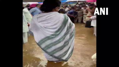 Mamata Banerjee: হাওড়ায় বন্যা কবলিত এলাকায় মুখ্যমন্ত্রী, জলে দাঁড়িয়ে শুনলেন অভিযোগ