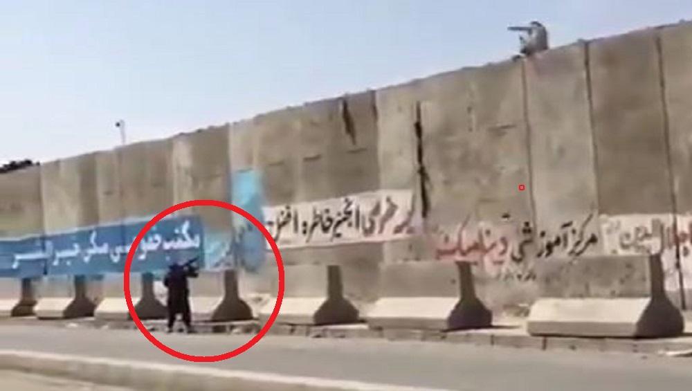 Taliban: পাঁচিল টপকানোর চেষ্টা, অসহায় আফগান নাগরিককে গুলি তালিবানের, ভয়াবহ ছবি