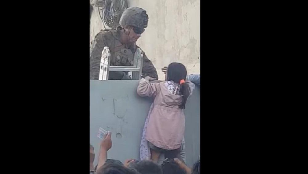 Afghanistan: তালিবানের হাত থেকে বাঁচাতে সন্তানকে মার্কিন সেনার হাতে তুলে দেওয়ার চেষ্টা মায়ের, ভাইরাল ভিডিয়ো