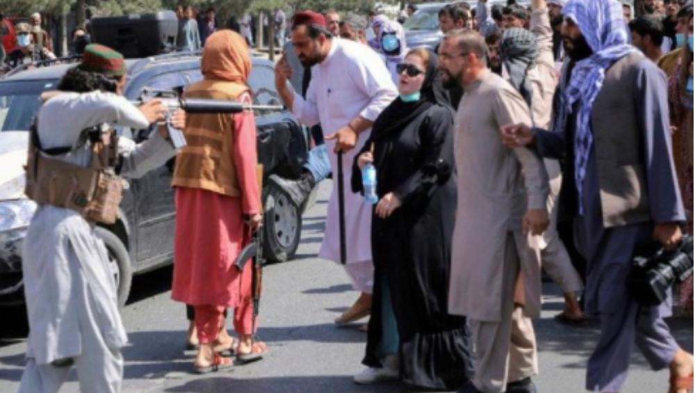 Afghanistan Crisis: অস্ত্রধারী তালিবানের সামনে তেজদীপ্ত আফগান মহিলা, ভাইরাল ছবি